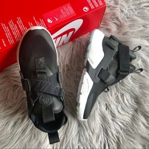 Nike Air Huarache city black/ white womens size 5